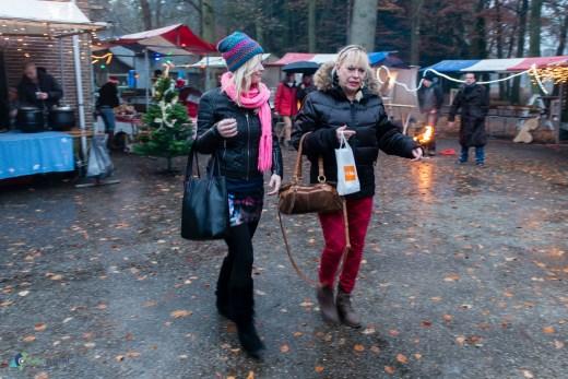 Eerste knusse Kerstmarkt nat maar wel gezellig