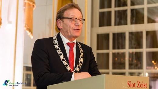 Nieuwjaarstoespraak Burgemeester Koos Jansen in volle spiegelzaal. Het Nieuwjaarsfeest van de gemeente Zeist