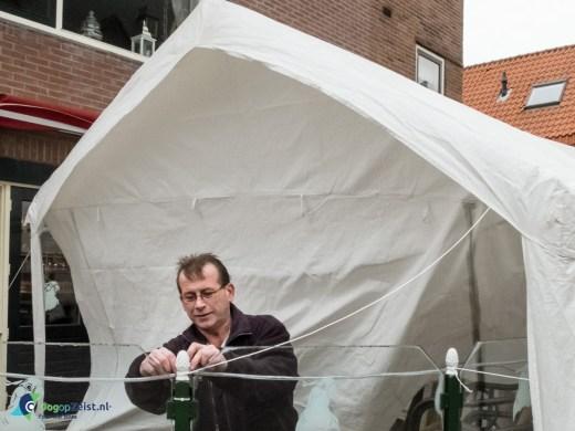 Rokerstent van Cafe de Kaketoe wordt vastgezet door Rob Drega.