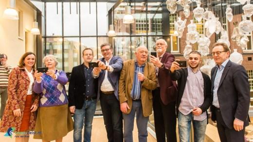 Inwoners maken selfie samen met B&W met hun D-mobieltje