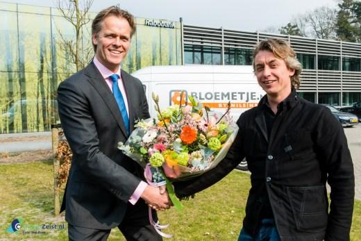 Nils Nees van Bloemenboetiek Bloemetje.nl overhandigt het eerste Business Boeket aan Michel Post, directeur bedrijven Rabobank Utrechtse Heuvelrug.