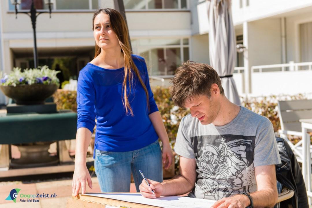 Piera en Bob aan het tekenen in de patio van Oud London