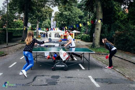 Tafeltennis tijdens het straatfeest op de Dalweg in Ziest