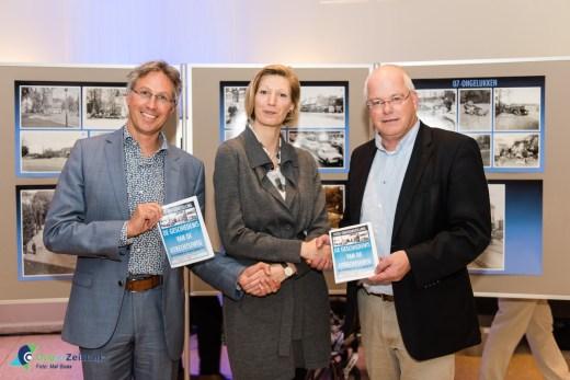 De wethouders ontvangen het expositieboekje