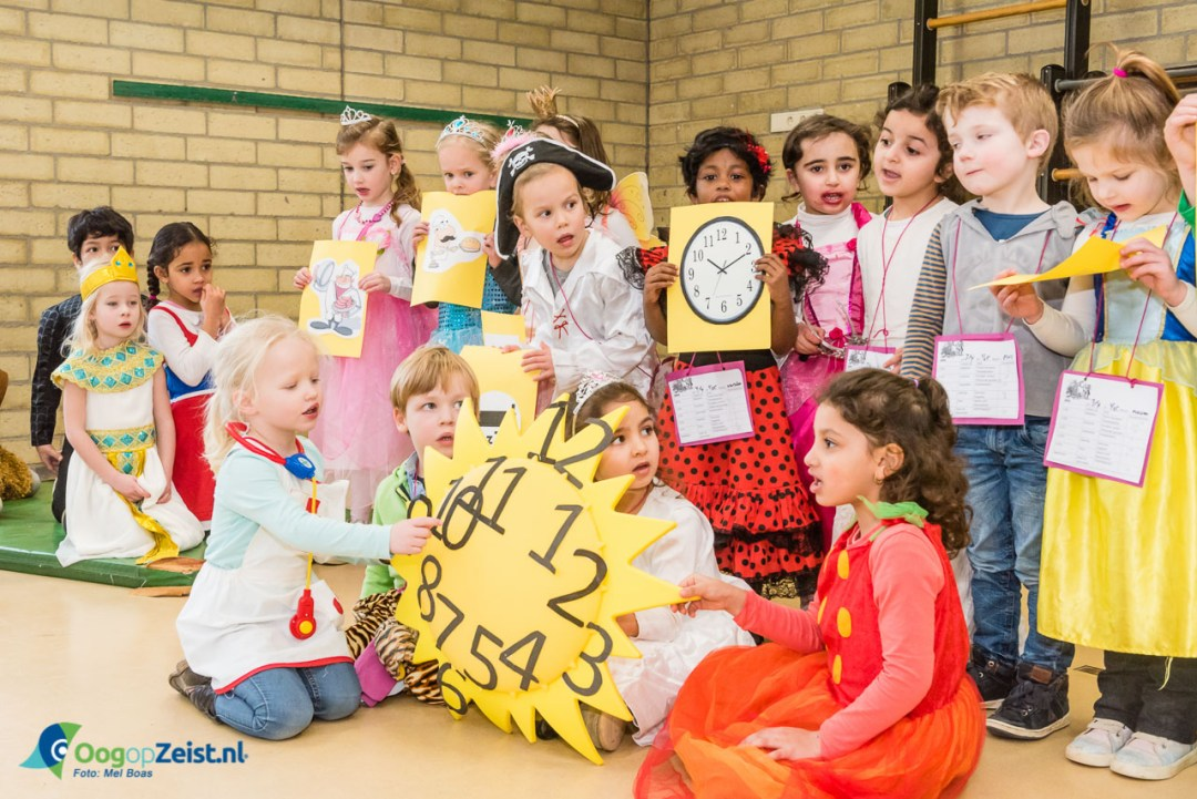 De prinsesjes leerde ook meteen iets over klokkijken.