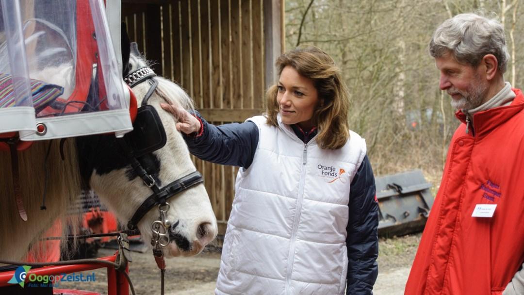 Prinses Aimée ervaart huifbed rijden bij de Prinses Maxima Manege tin het kader van NL Doet