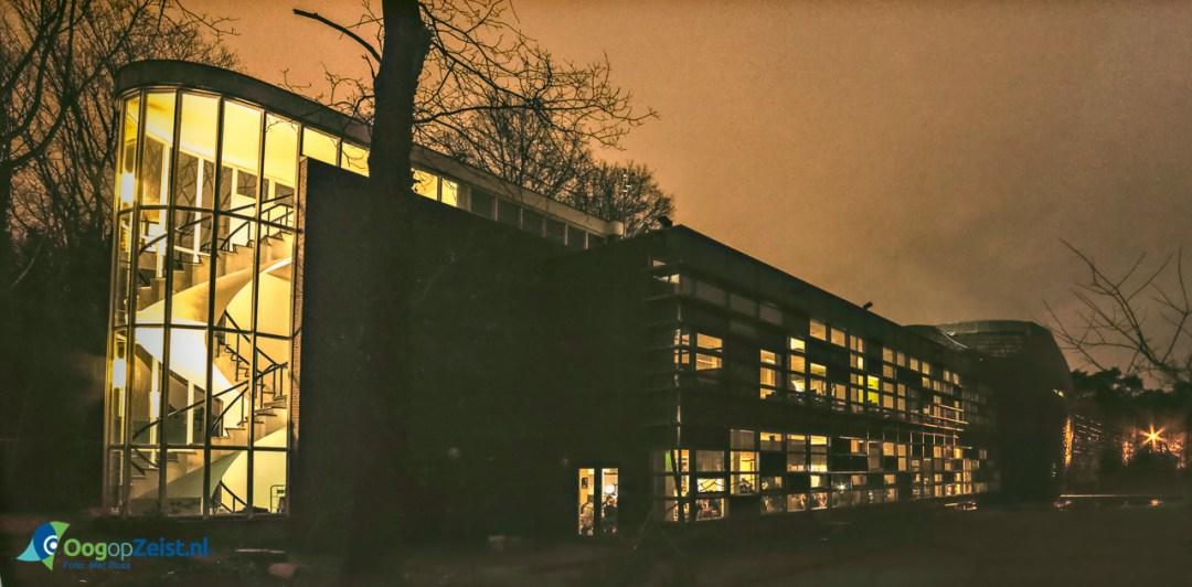Dineren in het donker tijdens Earth Hour op het hoofdkantoor van het Wereld Natuurfonds (WNF)
