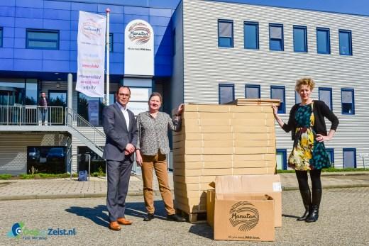 Manutan doneert whiteboards voor taallessen in de noodopvang van Soesterberg