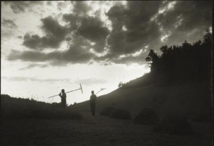 zwei Männer beim Heuen, Gewitterstimmung