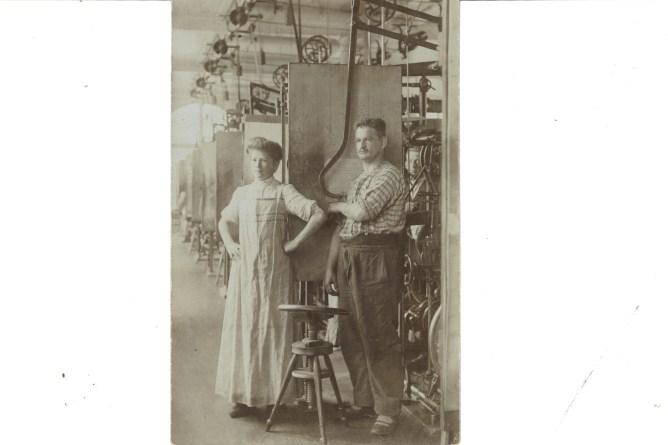 Handsticker am Pantograph mit Fädlerin, um 1900