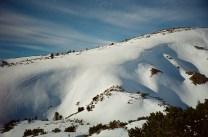 Überhängende Schneewehen am Nachbarhang