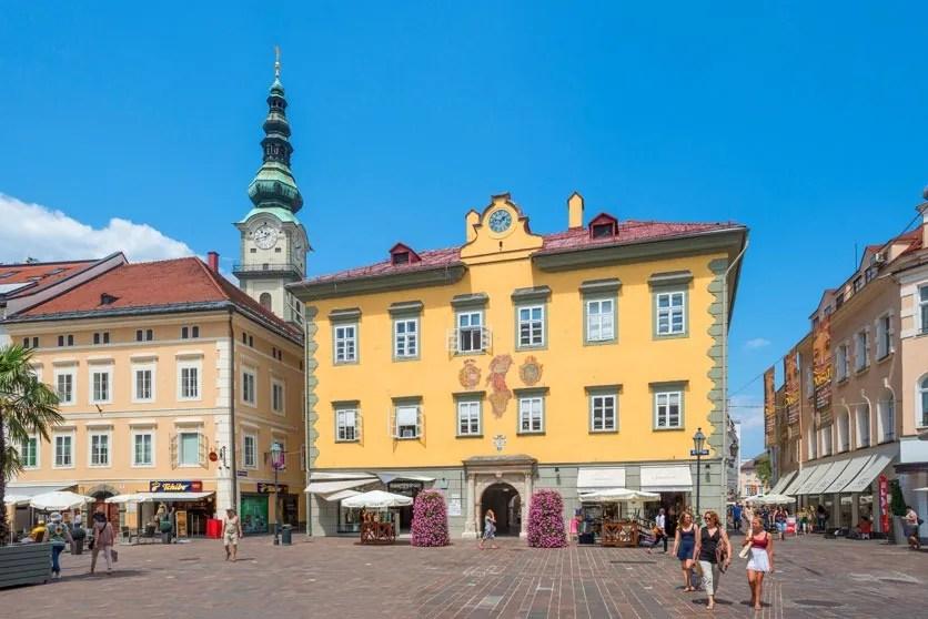 Alter Platz mit Turm der Kirche St. Egid in Klagenfurt, Oesterreich.