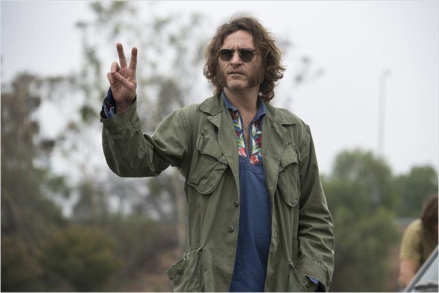 Peace! Larry «Doc» Sportello wirds schon richten. (Bild: zVg)