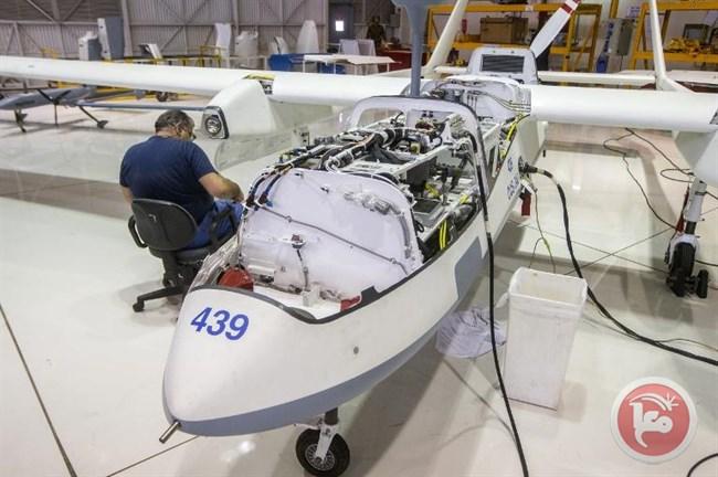 Un tecnico dell'industria aerospaziale israeliana lavora a un drone Heron in un hangar nel complesso industriale IAI. 27 aprile 2015. (AFP/Jack Guez).