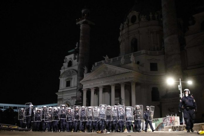 Platzverbot samt Spielplatzsperre am Wiener Karlsplatz