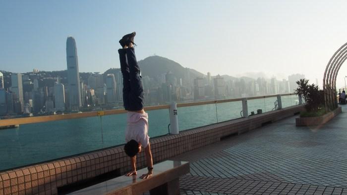 香港で逆立ち