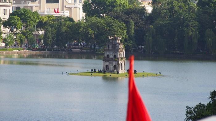 国旗と亀の塔