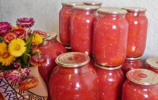 консервані помідори в літрових банках