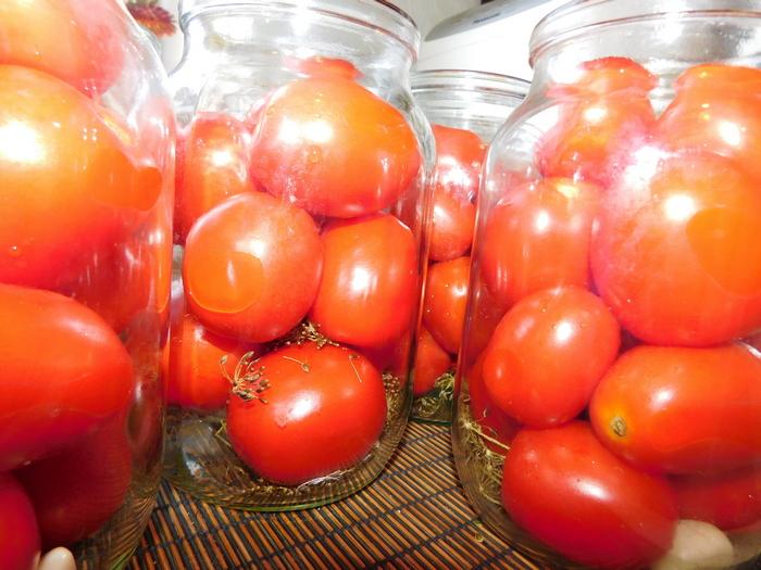 свіжі помідори в літрових банках