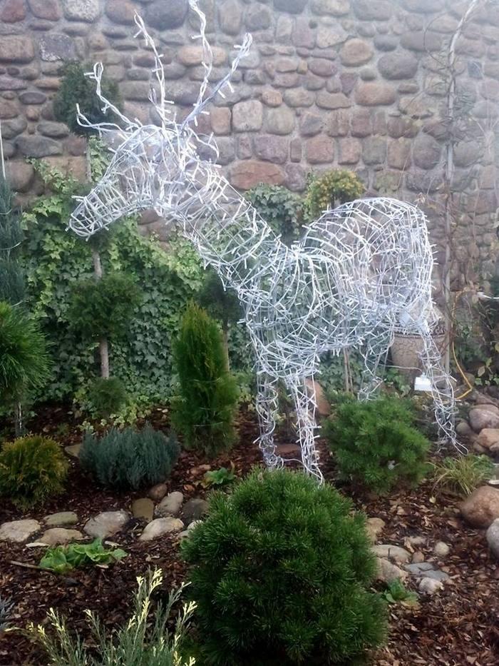 Новорічний олень з дроту прикрасить і дім, і сад