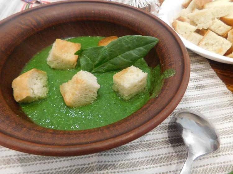 Суп-пюре зі шпинатом і часниковими стрілками готовий