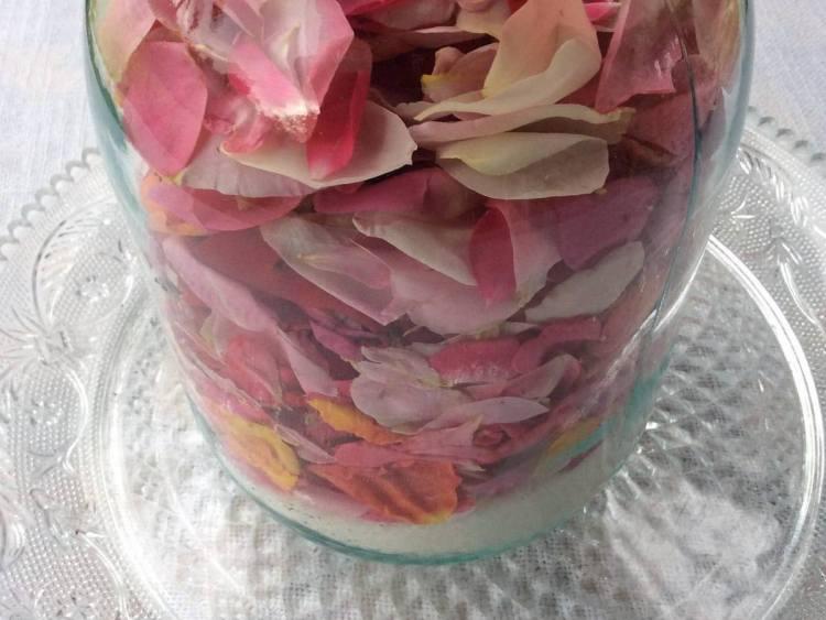 Додаємо в банку пелюстки троянд