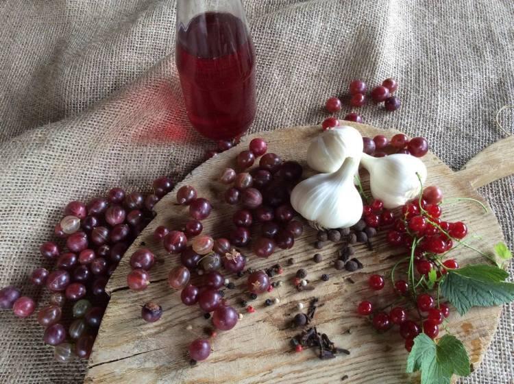 Інгредієнти для маринованого часнику з ягодами