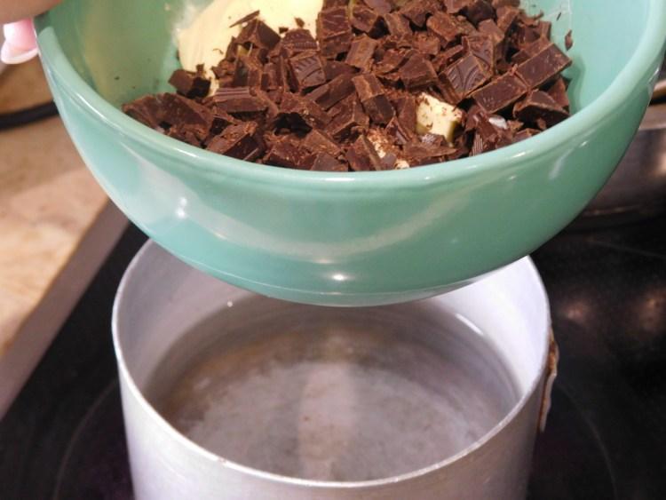 Кришимо шоколад в миску з вершковим маслом і ставимо на водяну баню