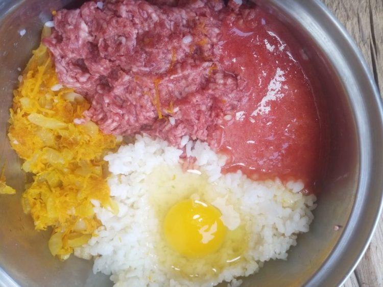 Змішуємо фарш, рис, піджарку, яйце і томатний сік - це начинка для фаршированих перчиків