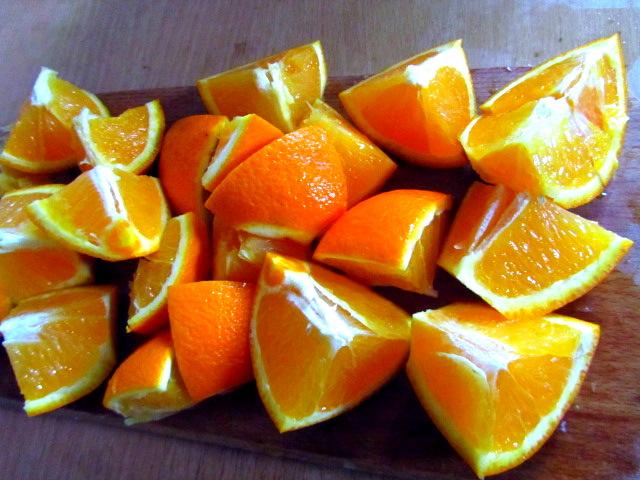 Розрізаємо апельсин на 8 частинок