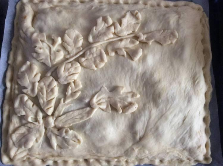 Можна прикрасити пиріг з капустою зверху на свій розсуд