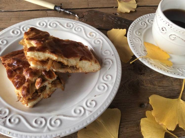 Пиріг з капустою на дріжджовому тісті готовий!