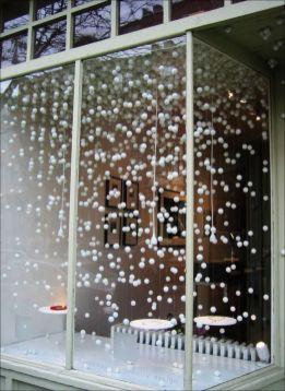 Сніжинки у декорі вікна