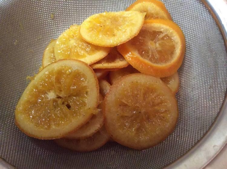 Зварені апельсини викладаємо на сито