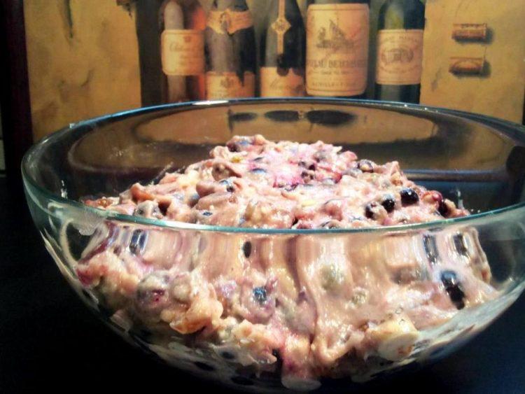 Додаємо у тісто всі фрукти та заморожені ягоди чорної смородини