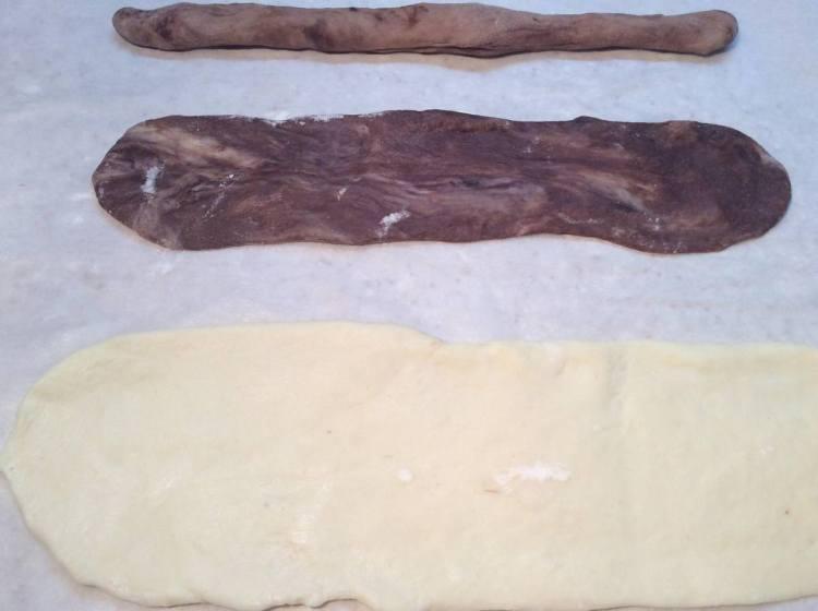 З бежевого тіста формуємо ковбаски. З найтемнішого і світлого тіста за допомогою качалки розкачуємо продовгуваті коржики