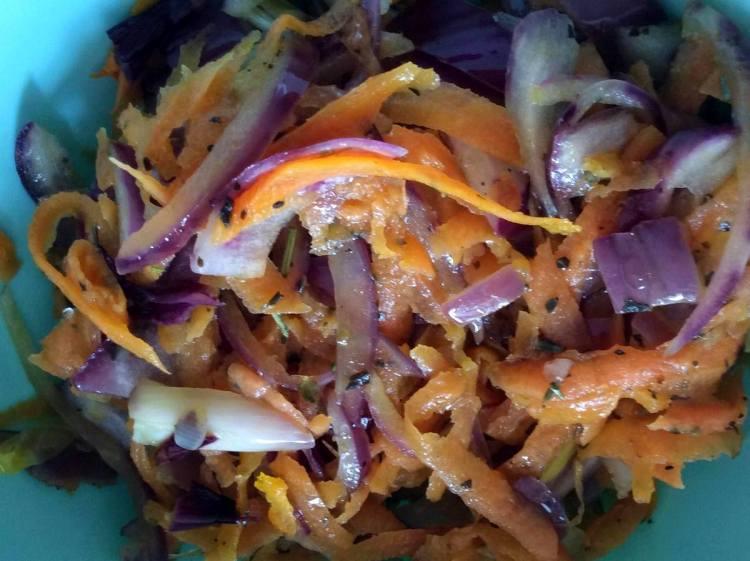 Припускаємо моркву та цибулю
