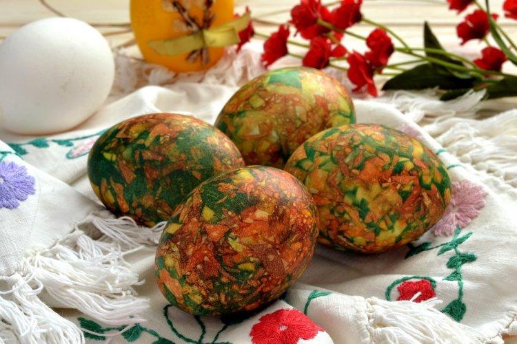 Мармурові яйця на Великдень, пофарбовані за допомогою цибулиння та звичайної зеленки