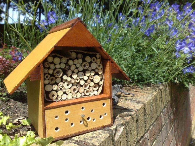 Будиночок для корисних комах може стати справжньою окрасою вашого саду
