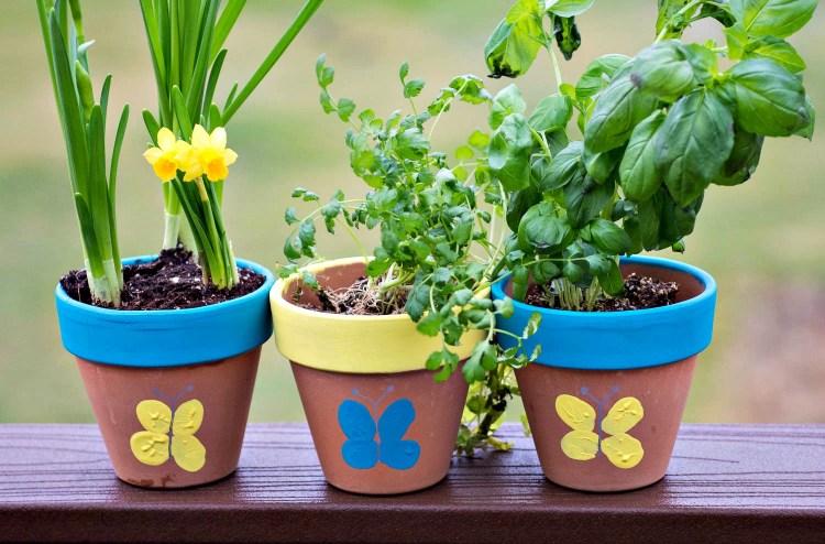 Декорування маркерів для саду та городу метеликами