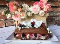 Шоколадний бісквітний торт з ягодами чи фруктами