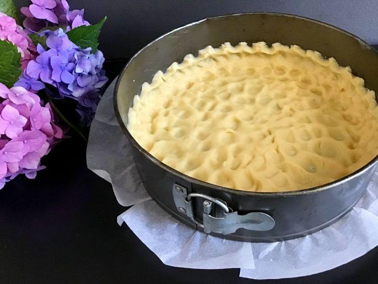 Вимішуємо тісто та розподіляємо його по формі