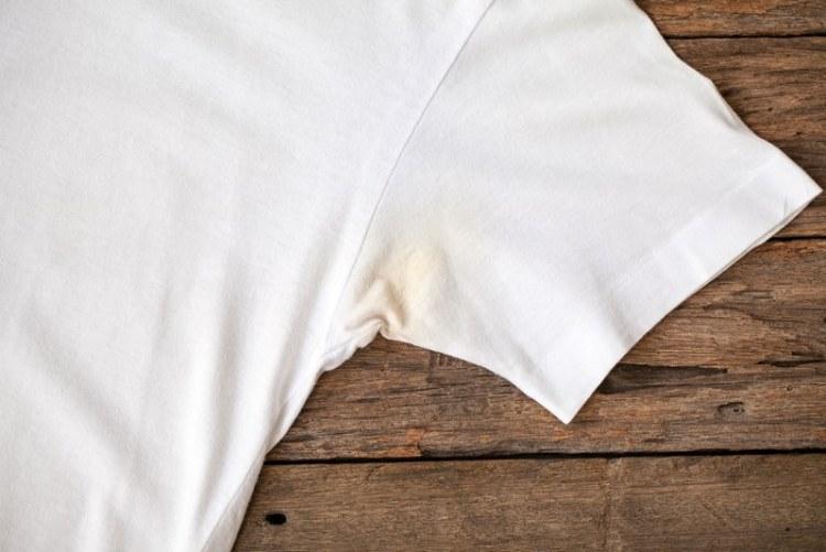 Як видалити плями поту з одягу