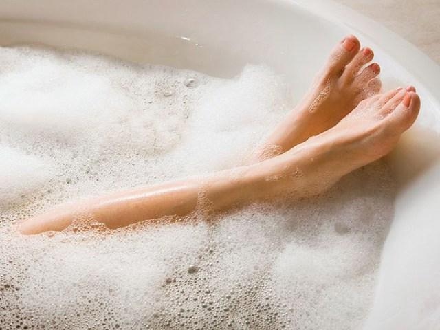 Справжня насолода приходить в теплій ванні з піною, яку можна доповнити улюбленими ароматичними маслами, сіллю і іншими добавками