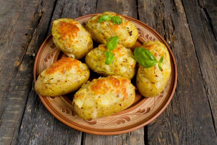 Печену картоплю подаємо гарячою