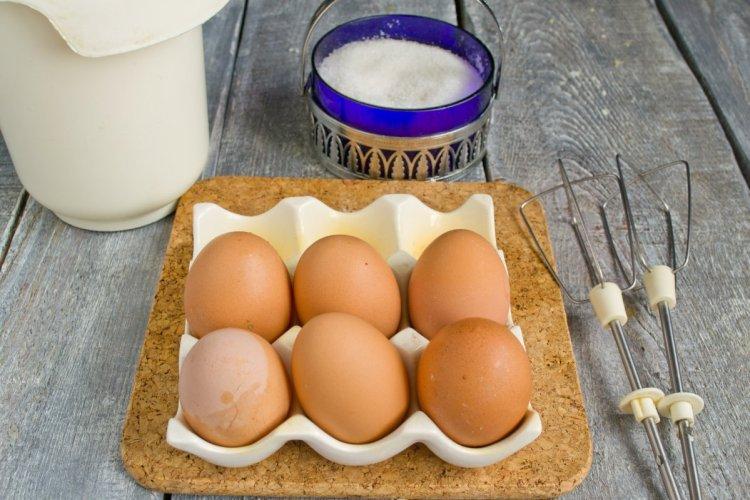 Яйця збиваємо з сіллю та цукром близько 5 хвилин