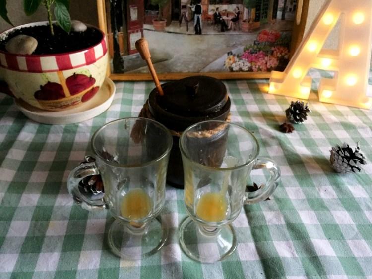 Наливаємо мед у кожну чашку