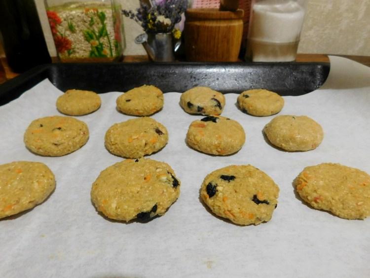 Викладаємо печиво на деко (використовуємо папір для випічки) і ставимо в духовку