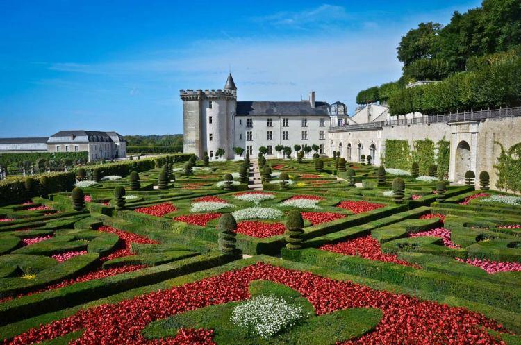 Щоб краще розгледіти ці чудернацькі витвори, в основі яких лежить андалузький орнамент, варто піднятися на бельведер, де погляд може охопити всі ці сади