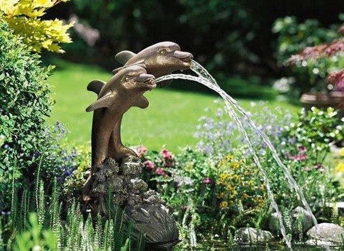 Фонтан та водоспад у декорі саду